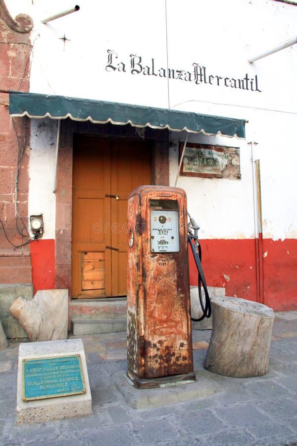 生锈的十九四十年代墨西哥燃料分配器 库存照片