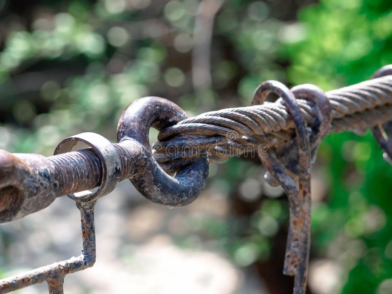 生锈的吊索勾子和结关闭,螺栓用于登上bridg 免版税库存图片