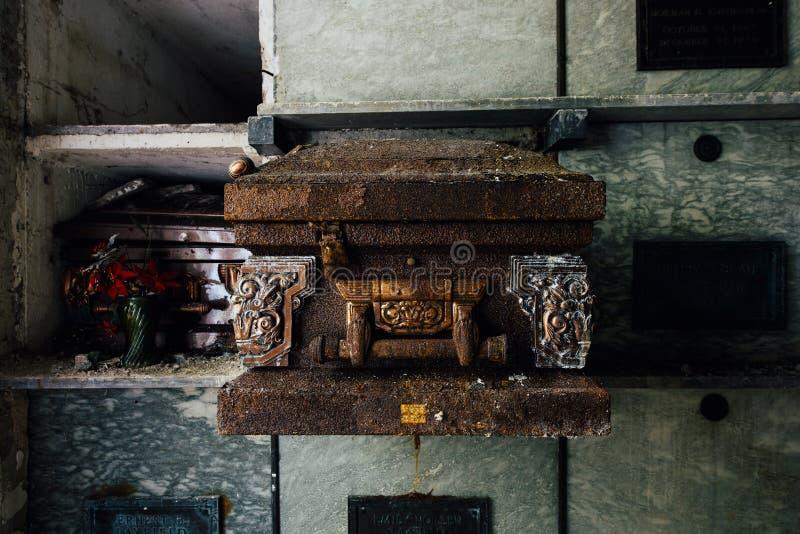 生锈的棺材-被放弃的陵墓 免版税库存图片