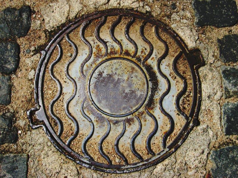 生锈的污水井 库存图片