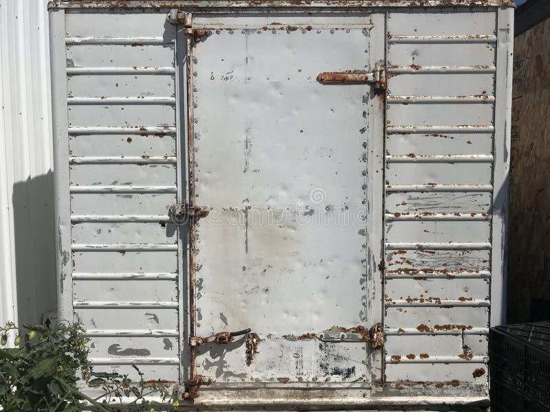 生锈的白色棚子门 图库摄影