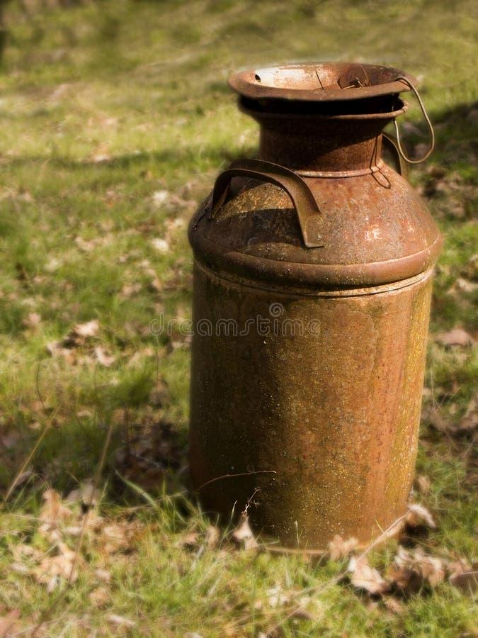 生锈的罐装牛奶老 库存照片