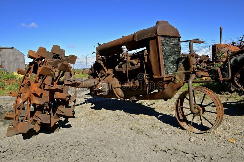 生锈的老一台被转动的拖拉机 图库摄影