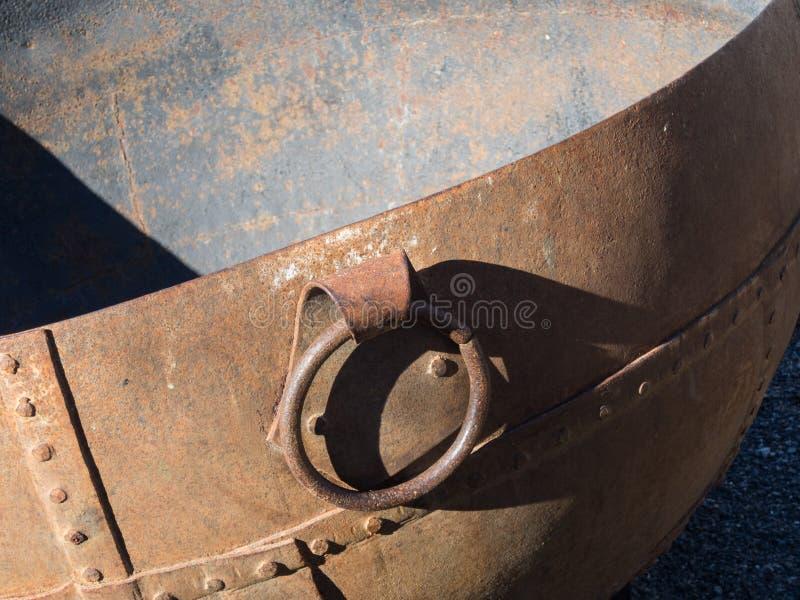 生锈的老圆的大桶 库存照片