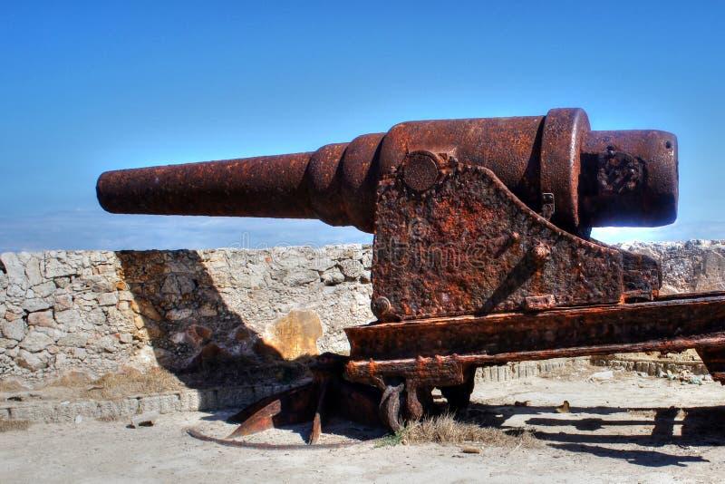 生锈的老大炮在堡垒在古巴 免版税库存照片