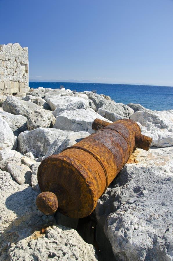 生锈的老大炮在堡垒,希腊附近的罗得岛海岛 库存照片