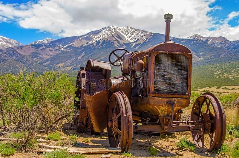 生锈的老拖拉机 免版税库存照片