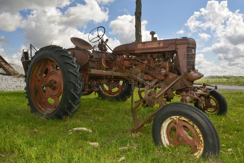 生锈的老拖拉机 免版税库存图片