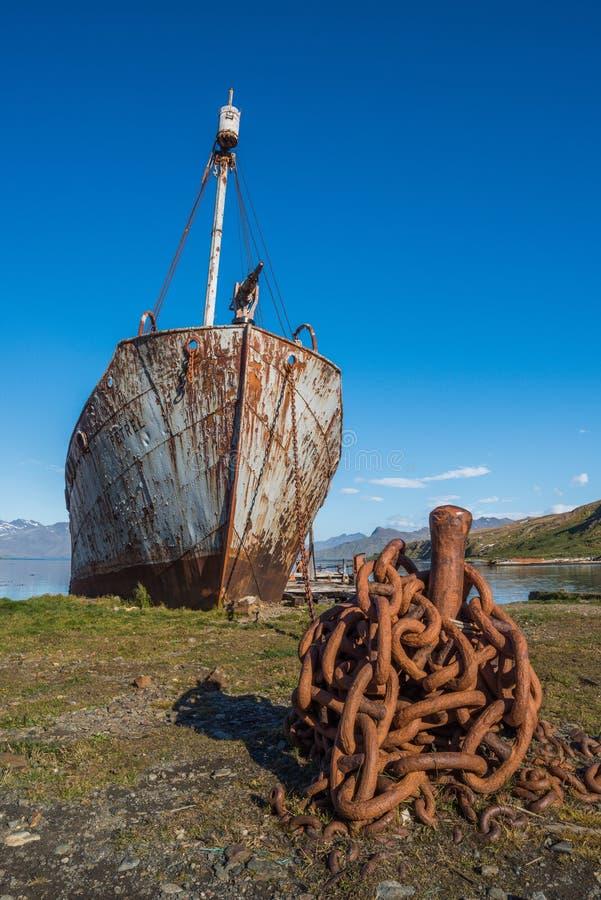 生锈的老捕鲸船被束缚电烙岗位 免版税库存照片
