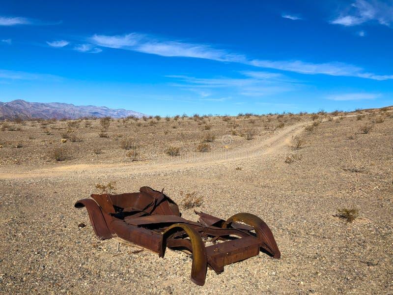 生锈的老汽车在沙漠 图库摄影