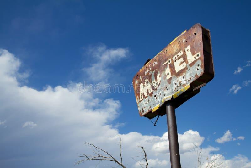 生锈的老汽车旅馆标志 免版税库存照片