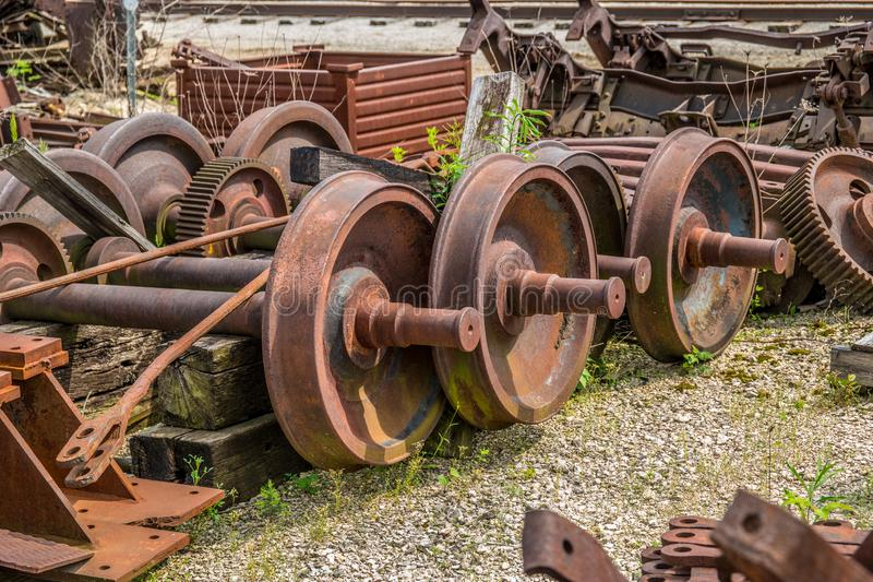 生锈的老火车轮子废弃了 库存图片