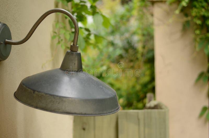 生锈的老灯在露台 免版税库存图片