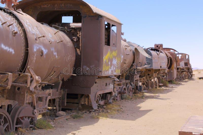 生锈的老蒸汽火车在火车公墓,在乌尤尼盐沼,玻利维亚 库存照片