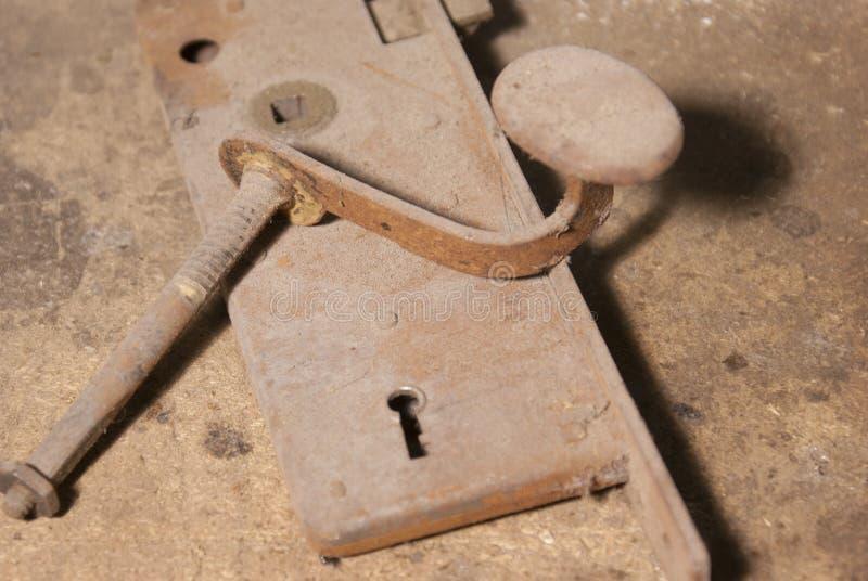 生锈的老门把手和锁 库存图片
