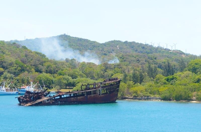 生锈的船在港口 库存照片