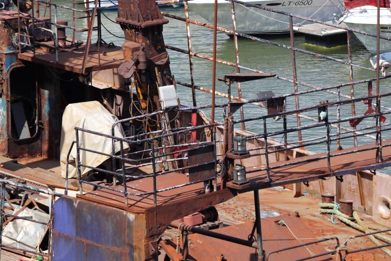 生锈的船在klaipeda的港口在立陶宛 免版税库存图片