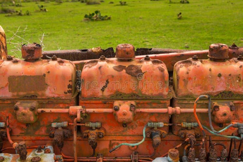 生锈的葡萄酒拖拉机用内燃机 免版税库存照片