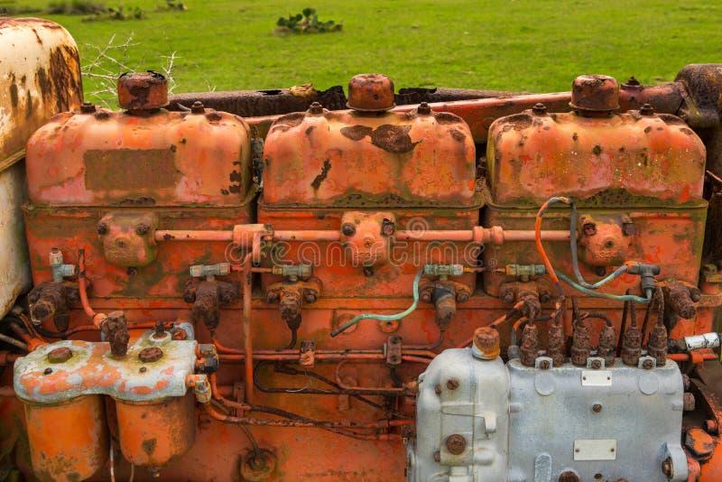 生锈的葡萄酒拖拉机用内燃机 免版税库存图片