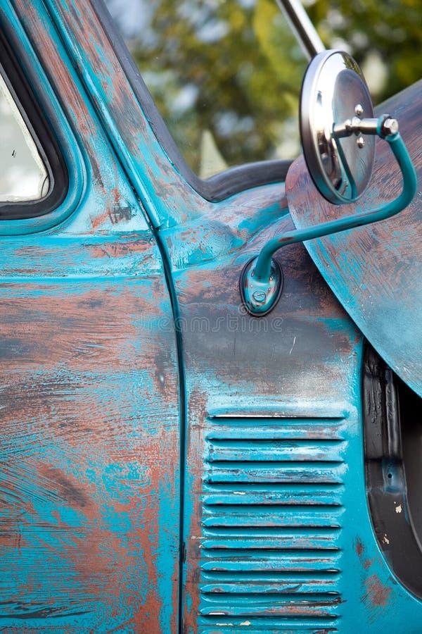 生锈的蓝色古色古香的卡车 免版税库存图片