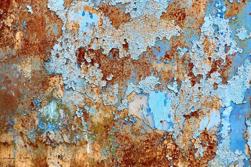 生锈的蓝色墙壁 破裂的被绘的背景 库存照片