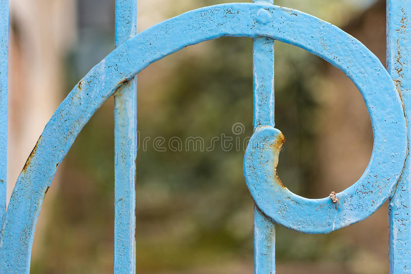 生锈的蓝色被绘的金属螺旋特写镜头 斐波那奇金黄比率 免版税库存图片