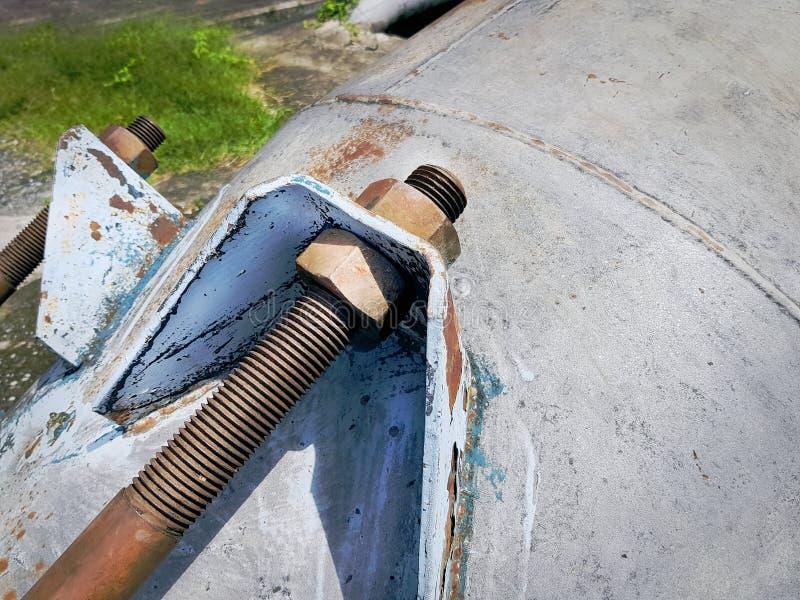 生锈的螺栓和胡说的被紧固的管接头 库存图片
