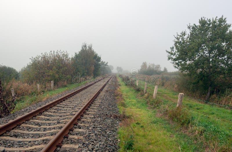 生锈的表面上不尽的单磁道火车轨道通过rura 免版税库存图片