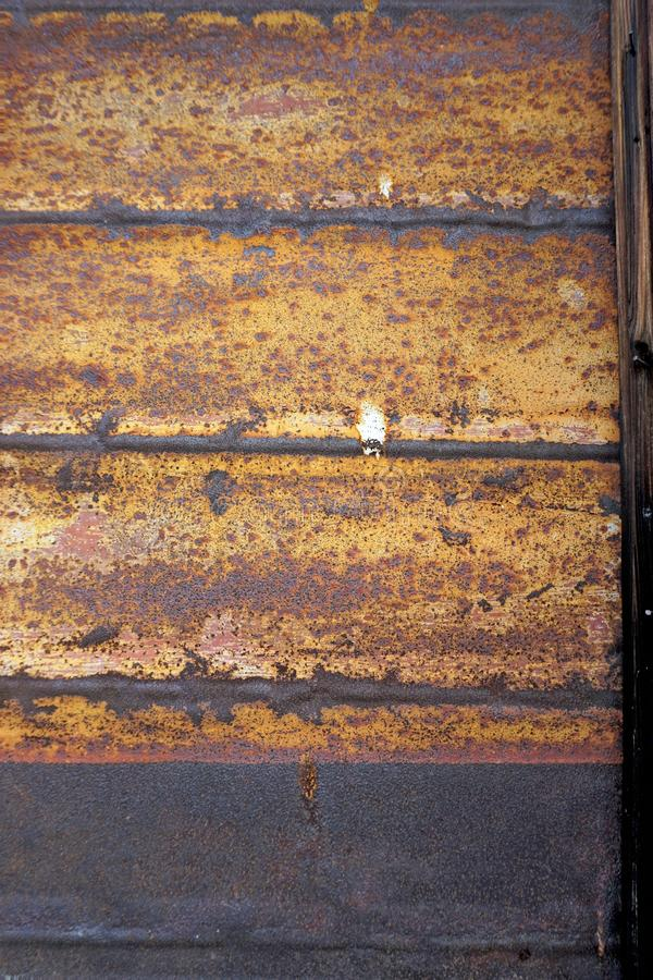 生锈的表面接近和详细的看法与颜色各种各样的树荫的  免版税图库摄影