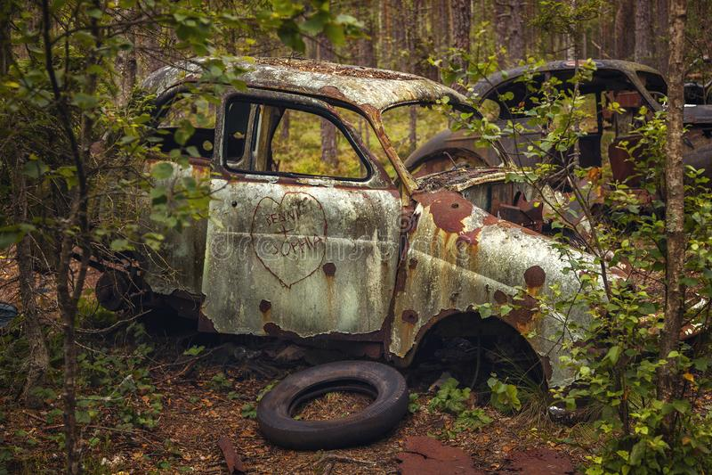 生锈的被放弃的汽车 免版税库存照片