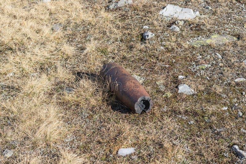 生锈的装着炸药的火炮子弹壳,二战 免版税库存照片