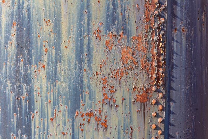 生锈的金属和被腐蚀的油漆,铆钉背景  库存照片