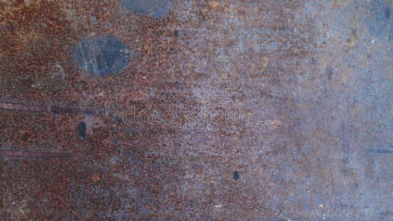 生锈的金属墙壁背景,老锌屋顶纹理,肮脏的铁板材 免版税库存照片