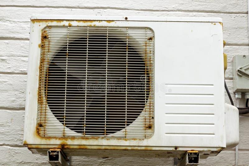 生锈的金属外部适合了在W登上的空调装置 库存图片