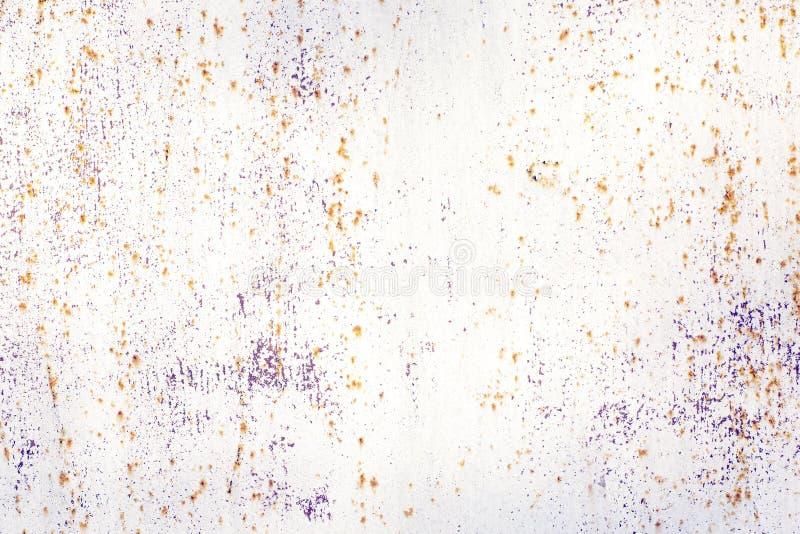 生锈的金属白色纹理  抽象变褐-橙色白的背景 免版税库存照片