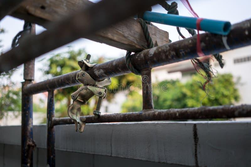 生锈的金属结构在有金属管杆的建造场所 库存图片