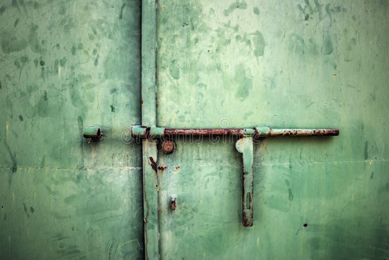生锈的金属deadbolt关闭 免版税库存图片