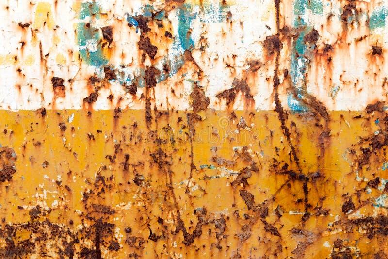 生锈的钢,在黄色和白色颜色 免版税图库摄影