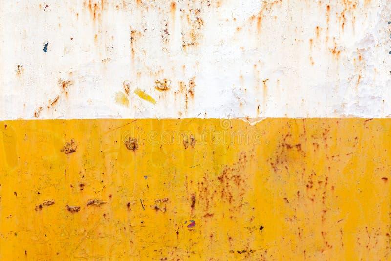 生锈的钢,在黄色和白色颜色 库存图片