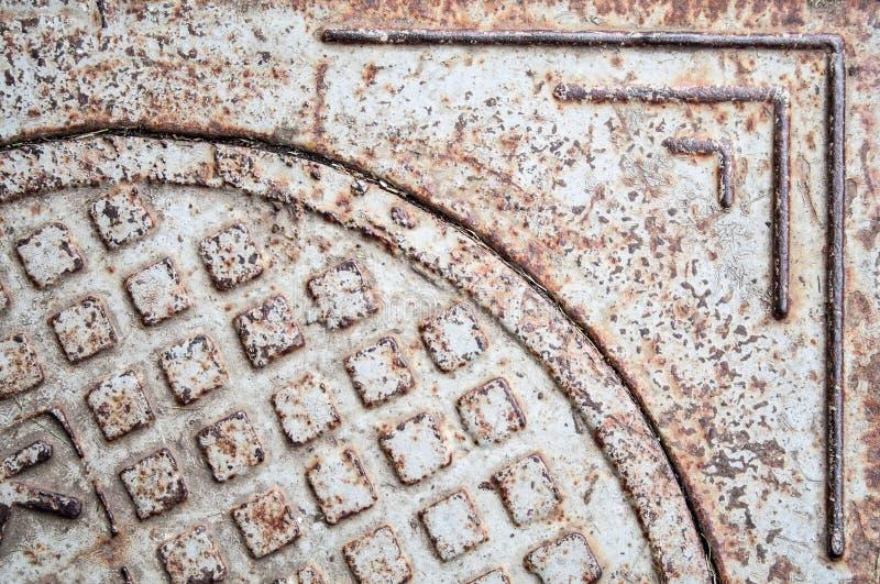 生锈的铁下水道舱口盖 背景,纹理 库存图片
