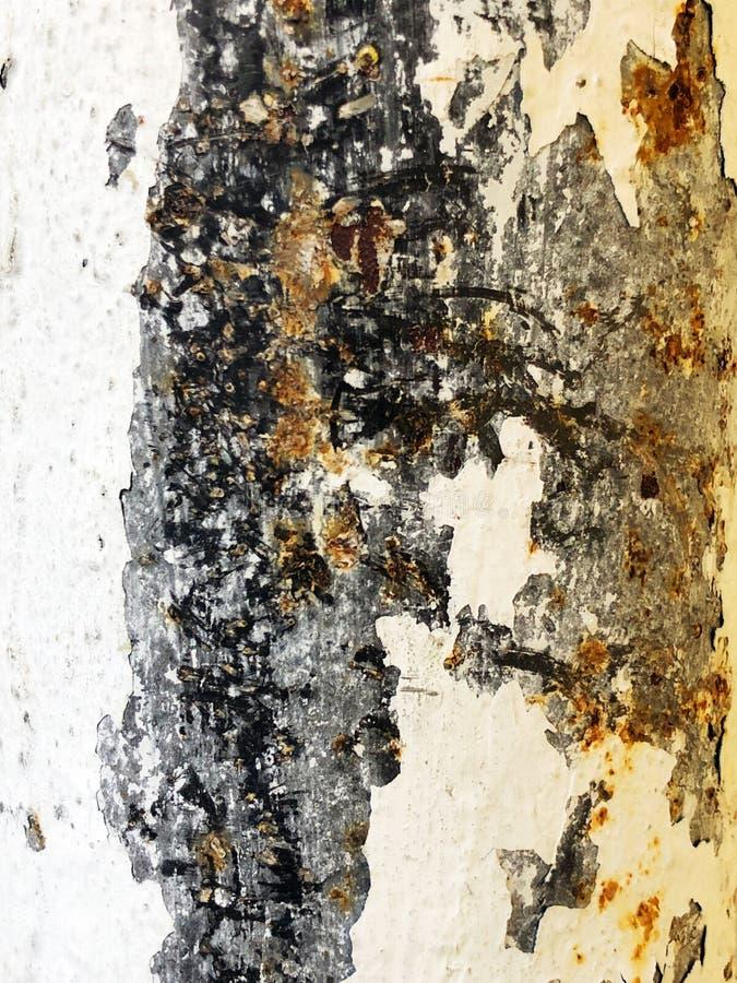 生锈的铁,老金属表面上的破裂的油漆,生锈的金属板料纹理与破裂和片状油漆的 免版税图库摄影