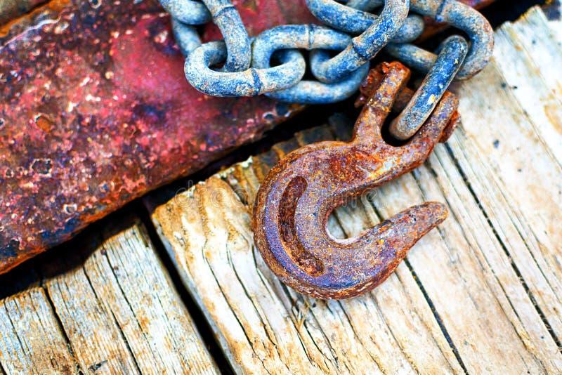 生锈的链子和勾子 免版税库存图片