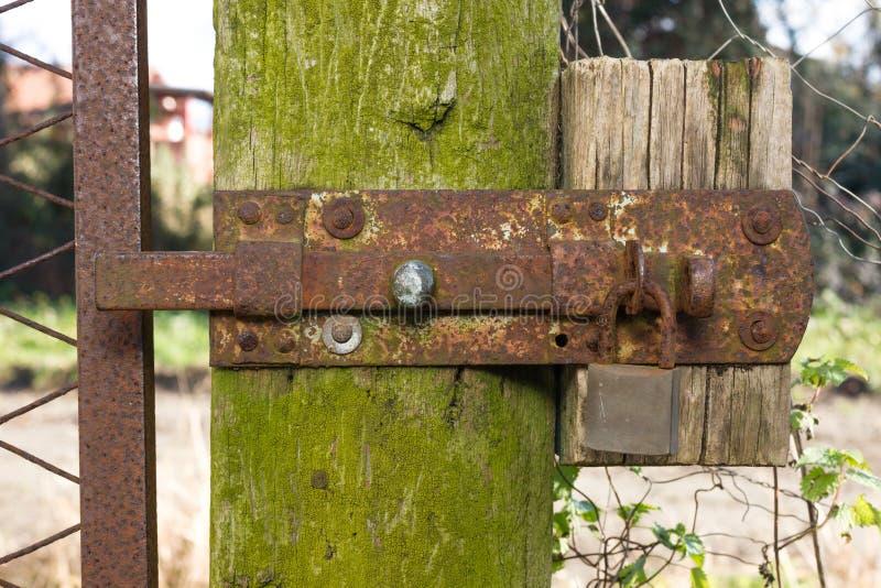 生锈的门闩和挂锁 免版税库存照片
