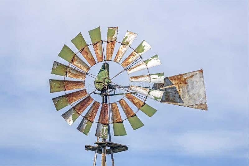 生锈的绿色风车 免版税图库摄影