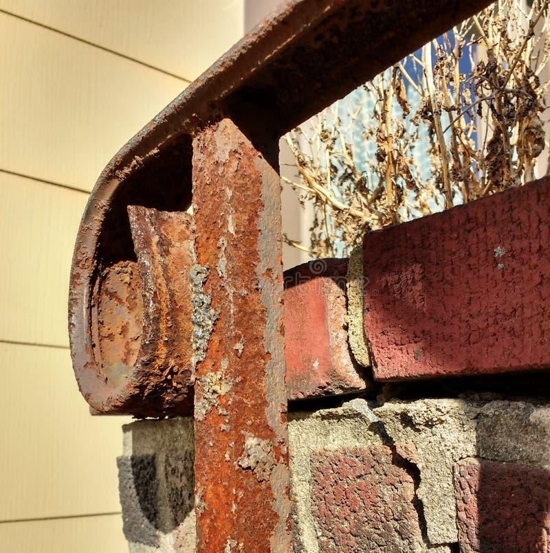 生锈的锻铁室外台阶栏杆 免版税库存图片