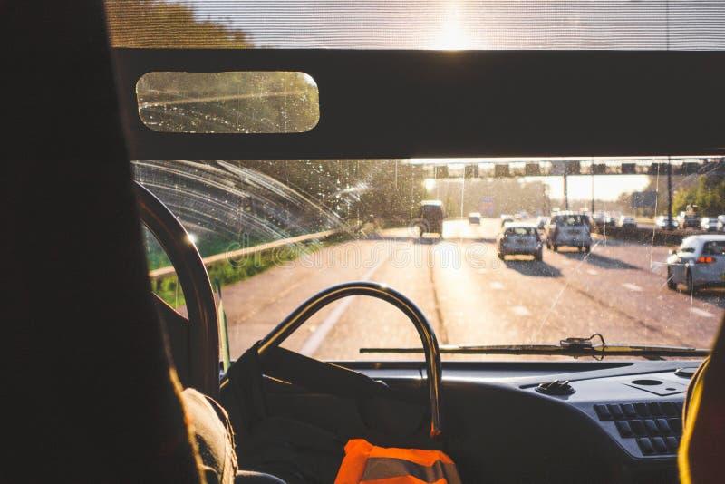 生锈,肮脏,尘土和抓痕从刮水器在挡风玻璃在公共汽车神色在挡风玻璃中 冻雪和雨 免版税库存图片