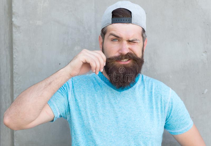 生长髭 有胡子穿戴盖帽的凉快的行家 理发师沙龙和面毛关心 行家生活方式 残酷英俊 免版税库存照片