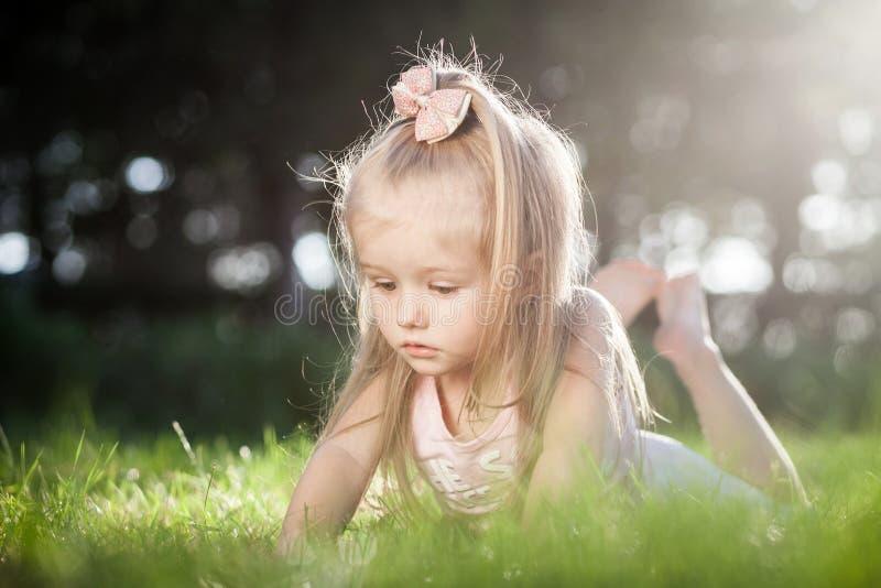 生长从小女孩手的新芽植物 免版税库存图片