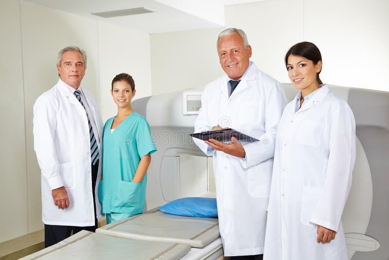 医生队在放射学方面在医院 图库摄影