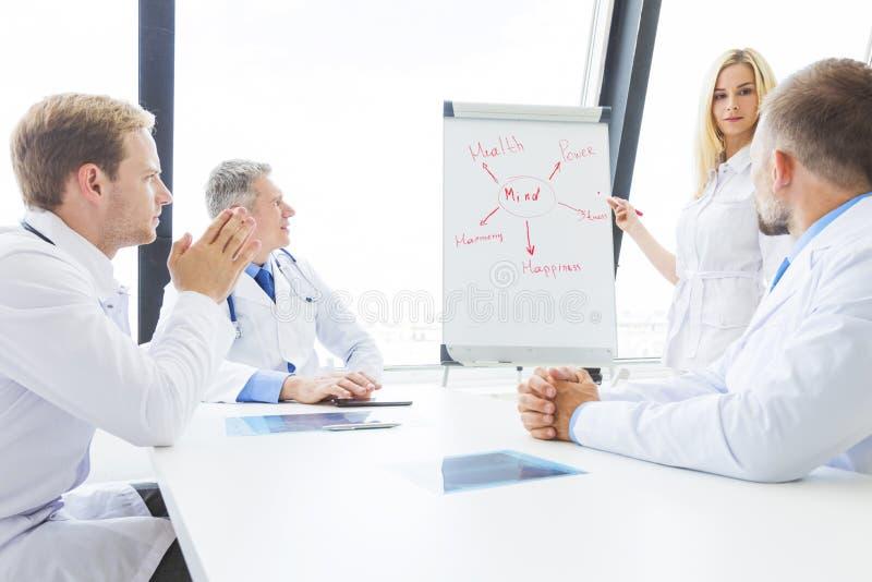 医生队谈论精神健康 库存图片